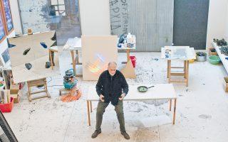 Ο Μιχάλης Κατζουράκης στο εργαστήρι του. «Ερχομαι κάθε μέρα είτε είμαι παραγωγικός είτε όχι. Πάντα ήθελα το δικό μου περιβάλλον εργασίας, ακόμα και αν ήταν 2 επί 4 μέτρα, ένα μικρό δωμάτιο».