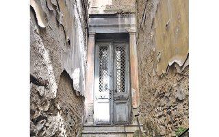 Στην Ευριπίδου 85, η λαθραία ματιά οδηγεί σε μια ξεχασμένη πόρτα.