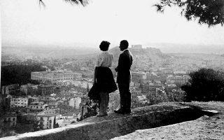 Ανέμελες στιγμές για τη γενιά της Κατοχής: συνομήλικοι του Βασίλη Σακαλή αγναντεύουν από τον λόφο του Λυκαβηττού τη μεγάλη πόλη.