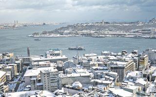 Σκεπασμένες με χιόνι οι στέγες των σπιτιών στην Κωνσταντινούπολη. Η κακοκαιρία των τελευταίων ημερών δημιούργησε ανυπέρβλητα προβλήματα για στους πολίτες.