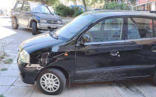 Γνώριμες αθηναϊκές εικόνες: παράνομα παρκαρισμένο όχημα σε πεζοδρόμιο της πλατείας Κλαυθμώνος.