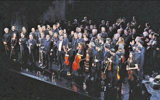 Η ορχήστρα της Εθνικής Λυρικής Σκηνής, με τον αρχιμουσικό Μύρωνα Μιχαηλίδη, αποθεώνεται στη σκηνή του Μεγάρου Μουσικής Αθηνών.