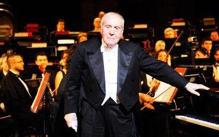 Ο πιανίστας Αλντο Τσικολίνι είχε εμφανιστεί επανειλημμένως στην Ελλάδα και είχε δώσει συναυλίες στην Αθήνα και στη Θεσσαλονίκη. Ιδιαίτερη υπήρξε η συνεργασία του με τον μαέστρο Μύρωνα Μιχαηλίδη και η σύμπραξή του με την Κρατική Ορχήστρα Θεσσαλονίκης με την οποία ηχογράφησε το Κοντσέρτο αρ. 4 για ορχήστρα και πιάνο του Μπετόβεν.