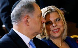 Ο Μπέντζαμιν Νετανιάχου και η σύζυγός του, Σάρα, σε εκδήλωση του Δεκεμβρίου 2013. Η Σάρα, πρώην αεροσυνοδός του κρατικού αερομεταφορέα, Ελ Αλ, είναι ιδιαίτερα αντιπαθής στο ισραηλινό κοινό.