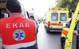 Το ΕΚΑΒ συμπληρώνει φέτος 30 χρόνια λειτουργίας με ένα γηρασμένο στόλο ασθενοφόρων, διασώστες που δεν επαρκούν, με αποτέλεσμα λιγότερες μονάδες στον δρόμο και απώλεια ωρών στα νοσοκομεία λόγω της απουσίας ομάδων διαλογής στα επείγοντα.