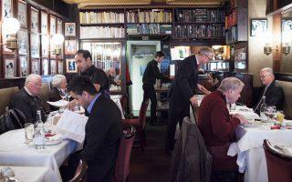 Πελάτες απολαμβάνουν το γεύμα του ουγγρικού εστιατορίου «Γκέι Ουσάρ», μετά τη σωτηρία του από βέβαιο κλείσιμο.