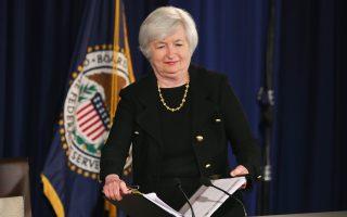 Περιγράφοντας την κατάσταση της αμερικανικής οικονομίας, η επικεφαλής της Fed, Τζάνετ Γέλεν, είπε ότι η αγορά εργασίας και άλλοι οικονομικοί δείκτες «βελτιώνονται με καλό ρυθμό», ωστόσο προειδοποίησε ότι η κατάσταση δεν έχει εξομαλυνθεί πλήρως στην αγορά εργασίας και ότι η αδύναμη ανάκαμψη της παγκόσμιας οικονομίας έχει αρνητικές επιπτώσεις, όπως η αναιμική αύξηση μισθών και η υποχώρηση του πληθωρισμού στις ΗΠΑ.