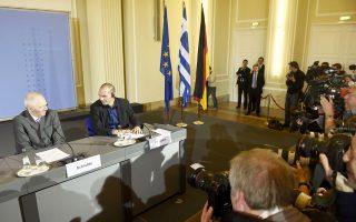 Οι φακοί των διεθνών μέσων ενημέρωσης εστιάζουν στους κ. Βόλφγκανγκ Σόιμπλε και Γιάνη Βαρουφάκη κατά τη συνέντευξη Τύπου, χθες στο Βερολίνο.