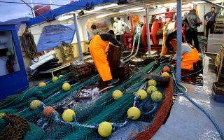 Σε «νεκρά θάλασσα» για τα αλιεύματά της τείνει να μετατραπεί η Μεσόγειος, καθώς η υπεραλίευση και άλλες ανθρώπινες δραστηριότητες έχουν οδηγήσει σε δραματική μείωση των πληθυσμών των ειδών σε θάλασσα και στεριά, «η βιοποικιλότητα κινδυνεύει παγκοσμίως». Ο κορυφαίος Γάλλος βιολόγος, Ζιλ Μπεφ, λέει στην «Κ» ότι κατά τα τελευταία χρόνια εξοντώθηκε το 83% των ψαριών της Μεσογείου.