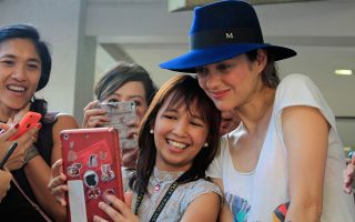 H Γαλλίδα ηθοποιός Μαριόν Κοτιγιάρ ποζάρει με μία Φιλιππινέζα θαυμάστριά της στη διάρκεια επίσκεψης σε γαλλικό σχολείο στη Μανίλα. Συνοδεύει τον Γάλλο πρόεδρο Φρανσουά Ολάντ στη διήμερη περιοδεία του στη χώρα, που επλήγη πριν από δύο χρόνια από φονικό τυφώνα, με στόχο την αφύπνιση της κοινής γνώμης αλλά και την άσκηση πολιτικών πιέσεων για την ανάγκη υπογραφής συμφωνίας για την κλιματική αλλαγή.