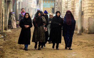 Συγγενείς των εκτελεσθέντων Κοπτών χριστιανών από τους τζιχαντιστές στη Λιβύη προσέρχονται στην επιμνημόσυνη λειτουργία στο χωριό Αλ Αούρ της Αιγύπτου. Οι διωγμοί των χριστιανικών πληθυσμών, που έχουν παρουσία σχεδόν είκοσι αιώνων στη Μέση Ανατολή, θα συζητηθούν στο άτυπο συμβούλιο υπουργών Εξωτερικών της Ε.Ε. τον Μάρτιο.