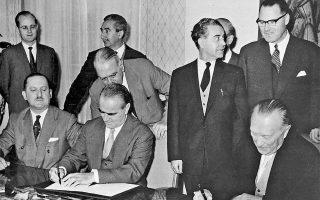 Καραμανλής και Αντενάουερ υπογράφουν διμερές ελληνογερμανικό πρωτόκολλο ενώ ο Ευ. Αβέρωφ παρακολουθεί. Κατά τη διάρκεια των συνομιλιών ήταν εμφανής η επιθυμία της Αθήνας να ενισχύσει την ελληνογερμανική φιλία κυρίως για οικονομικούς, αλλά και για πολιτικούς λόγους.