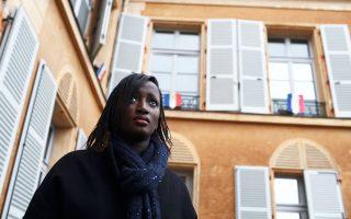 Η αντιδήμαρχος του Κλισί, Μαριάμ Σισέ. Το προάστιο απέχει 15 χιλιόμετρα από το κέντρο του Παρισιού, αλλά δεν συνδέεται με αυτό.
