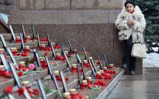 Μια γυναίκα κρατάει ένα κερί στη διάρκεια τελετής μνήμης κατά την πρώτη επέτειο από την εξέγερση στην πλατεία Ανεξαρτησίας στο Κίεβο.