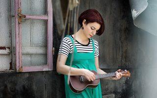 Ανδριάνα Μπάμπαλη, η ντροπαλή τραγουδοποιός, με το ωραίο χαμόγελο και την κοριτσίστικη διάθεση που σε παρασύρει στα λάιβ, επιστρέφει με το νέο της άλμπουμ, «Το μαζί είναι δρόμος».