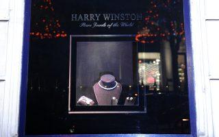 Η προθήκη του διάσημου κοσμηματοπωλείου Harry Winston στη rue de la Paix, στο Παρίσι.