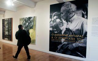 Επισκέπτης στην είσοδο της έκθεσης του Δημήτρη Μυταρά στο Μουσείο Μπενάκη Πειραιώς.