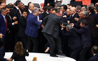 Τούρκοι βουλευτές της αντιπολίτευσης και της συμπολίτευσης έπαιξαν χθες ξύλο, τρίτη φορά σε μία εβδομάδα, μέσα στην Εθνοσυνέλευση, με αφορμή αμφιλεγόμενο νομοσχέδιο που επεκτείνει τις εξουσίες της αστυνομίας και το οποίο διατυπώνονται φόβοι πως θα μετατρέψει τη χώρα σε αστυνομικό κράτος.