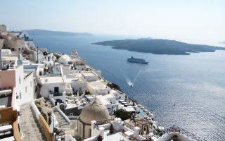 Η διεύρυνση του πλεονάσματος οφείλεται στην αύξηση των εσόδων από τον τουρισμό και τη ναυτιλία.