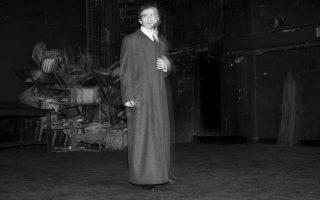 Ο ηθοποιός Αρης Σερβετάλης αυτή τη φορά μοιάζει σαν να έφτασε από τα χρόνια του Ντοστογιέφσκι στο Γκάζι και στο θέατρο «Ροές». Υποδύεται τον βασανισμένο Γκολιάτκιν.
