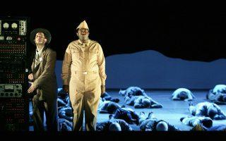 Η εκπληκτική όπερα του Τζον Ανταμς «Δρ Ατόμικ», που βασίζεται στη ζωή του φυσικού Ρόμπερτ Οπενχάιμερ, είχε ανεβεί στο Σαν Φρανσίσκο σε σκηνοθεσία Πίτερ Σέλαρς.