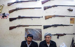«Χρυσές δουλειές» έφερε ο πόλεμος με τους τζιχαντιστές του «Ισλαμικού Κράτους» στο μαγαζί του Μπ. Σαντραλντίν, στο Αρμπίλ, την πρωτεύουσα του ιρακινού Κουρδιστάν. Στη φωτογραφία, οι πελάτες περιμένουν υπομονετικά να παραλάβουν τα όπλα τους, που είχαν παραδοθεί για επισκευή στον οπλουργό.