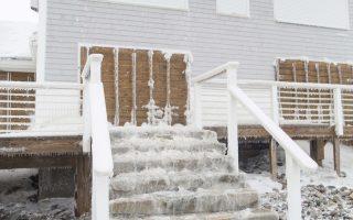 Παγωμένη σκάλα σε παραθαλάσσιο σπίτι στη Μασαχουσέτη των ΗΠΑ.