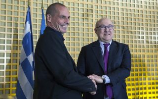 O κ. Βαρουφάκης συναντήθηκε με τον υπουργό Οικονομικών της Γαλλίας, κ. Μ. Σαπέν, και σύμφωνα με πληροφορίες το κλίμα ήταν πιο θετικό από ότι το περίμενε η ελληνική αποστολή.