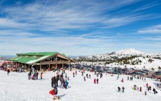 Τα χιονοδρομικά έλκουν κόσμο διαφόρων ηλικιών και βαλαντίου, ενώ κάνουν προσπάθειες να γίνουν ανταγωνιστικότερα από εκείνα των γειτονικών χωρών.