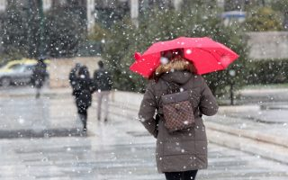 Γυναίκα περπατά στο κέντρο της   Αθήνας  ενώ χιονίζει , την Τετάρτη 11 Φεβρουαρίου 2015. Από χθες χιονίζει ακόμη και στο κέντρο της Αθήνας ενώ σε ολόκληρη τη χώρα πολλά είναι τα προβλήματα από την κακοκαιρία. Διακοπή κυκλοφορίας έχει επιβληθεί σε κάποιους δρόμους της Αττικής, λόγω της έντονης χιονόπτωσης. Παράλληλα, σε κάποια σημεία είναι απαραίτητη η χρήση αντιολισθητικών αλυσίδων στα οχήματα, καθώς το οδόστρωμα είναι ιδιαίτερα ολισθηρό. ΑΠΕ-ΜΠΕ/ΑΠΕ-ΜΠΕ/Παντελής Σαίτας