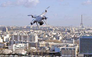 Η φωτογραφία, προϊόν μοντάζ, δείχνει μικρό τηλεκατευθυνόμενο αεροσκάφος πάνω από το Παρίσι.