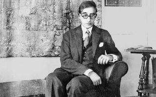 Ο Κωνσταντίνος Καβάφης, φωτογραφημένος επίσημα από τον φωτογράφο Ρασίν στο σαλόνι του σπιτιού του στην Αλεξάνδρεια.