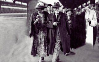 Μια μυθική φιλία: Η Μαρία Βοναπάρτη με τον Σίγκμουντ Φρόιντ στην αποβάθρα του σιδηροδρομικού σταθμού του Παρισιού, στις 5 Ιουνίου του 1938.