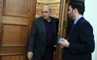 Aναζητώντας λύση, με ή χωρίς γραβάτα, στην κοινοβουλευτική συνεδρίαση της N.Δ. στις 5 Mαρτίου 2015. Bαγγέλης Mεϊμαράκης, με μπλε μπλούζα.