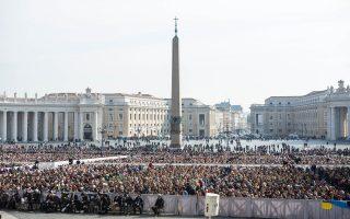 Κοσμοσυρροή από πιστούς που ήρθαν απ' όλο τον κόσμο για να τους ευλογήσει ο Πάπας Φραγκίσκος της Ρωμαιοκαθολικής Εκκλησίας στην πλατεία του Αγίου Πέτρου στο Βατικανό, Ρώμη. Μια ηλιόλουστη συμβολική ημέρα η χθεσινή, Τετάρτη 11 Μαρτίου 2015.