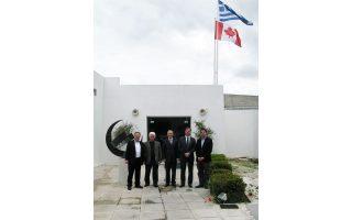 Η ελληνική και η καναδική σημαία αδελφωμένες κυματίζουν στο Μουσείο Βορρέ, που ίδρυσε ο Ιων Βορρές, Ελληνας και Καναδός. Μπροστά στο Μουσείο, στο κέντρο ο πρέσβης του Καναδά, κ. Robert W. Peck, αριστερά, ο κ. Γιώργος Μαρκόπουλος (διευθύνων σύμβουλος της εταιρείας «Χρυσωρυχεία Θράκης»), ο κ. Γιώργος Βορρές, δεξιά ο κ. Eduardo Moura, αντιπρόεδρος και γεν. διευθυντής για την Ελλάδα της Eldorado Gold, και ο κ. Νεκτάριος Βορρές, πρόεδρος Δ.Σ. του Μουσείου.