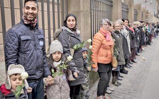Ανθρώπινη αλυσίδα σχημάτισαν Δανοί κάθε θρησκεύματος γύρω από τη Μεγάλη Συναγωγή της Κοπεγχάγης το περασμένο Σάββατο, σε ένδειξη στήριξης της εβραϊκής κοινότητας της χώρας.