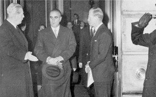 Λονδίνο. Ο Κωνσταντίνος Καραμανλής με τον Βρετανό πρωθυπουργό Χάρολντ Μακμίλαν (αριστερά). Στις 17 Φεβρουαρίου του 1959 άρχισαν στο Lancaster House οι διαπραγματεύσεις για τη συμφωνία που είχαν υπογράψει στη Ζυρίχη ο Ελληνας και ο Τούρκος πρωθυπουργός Μεντερές μία εβδομάδα νωρίτερα.