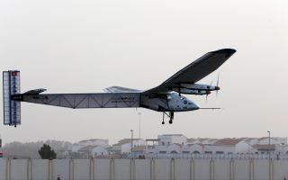 Το ηλιακό αεροσκάφος Solar Impulse, μετά την επιτυχημένη απογείωσή του χθες τα ξημερώματα από το αεροδρόμιο του Αμπου Ντάμπι, ολοκλήρωσε 13 ώρες αργότερα το πρώτο σκέλος της μακράς πτήσης γύρω από τη Γη, με την προσγείωσή του στο Ομάν, χωρίς να δαπανήσει ούτε σταγόνα καυσίμου.