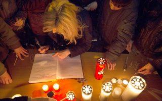 Διαδηλωτές υπογράφουν σε βιβλίο τιμώντας τη μνήμη του Βαγγέλη Γιακουμάκη.Το bullying σύμφωνα με τους ειδικούς εμφανίζεται ενισχυμένο τα τελευταία χρόνια.