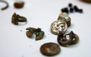 «Τα πολύτιμα αντικείμενα είναι πιθανό να τοποθετήθηκαν στη σπηλιά από ντόπιους, που θέλησαν να τα κρύψουν και να διαφύγουν στη διάρκεια της ταραγμένης περιόδου μετά τον θάνατο του Αλέξανδρου» ανέφερε στην ανακοίνωσή της η ισραηλινή αρχαιολογική υπηρεσία. «Πιθανότατα ο θησαυρός προοριζόταν για τις καλύτερες μέρες» κατέληγε η ανακοίνωση.