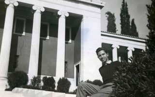 Ο Αγγελος Δεληβορριάς σε νεαρή ηλικία μπροστά από τη Γεννάδειο Βιβλιοθήκη κοντά στην οποία βρισκόταν το σπίτι του