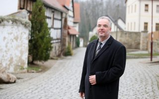 Ο Μάρκους Νιρθ στο Τρέγκλιτς. Ο δήμαρχος της μικρής ανατολικογερμανικής πόλης ανέδειξε με δραματικό τρόπο το ζήτημα της προστασίας απέναντι στον ακροδεξιό εκφοβισμό.