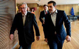Σύμφωνα με πληροφορίες, δεν αποκλείεται ο πρωθυπουργός να θέσει το ζήτημα της «χρηματοπιστωτικής ασφυξίας», που επιβάλλεται στην Αθήνα, στην επικείμενη Σύνοδο Κορυφής της Ε.Ε. Στη φωτογραφία, ο κ. Τσίπρας με τον πρόεδρο της Ευρωπαϊκής Επιτροπής Ζαν-Κλοντ Γιουνκέρ, την περασμένη Παρασκευή στις Βρυξέλλες.
