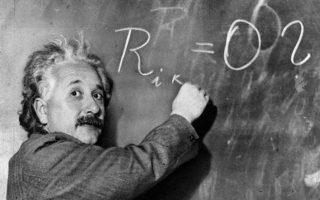 Η Γενική Θεωρία της Σχετικότητας, η οποία περιγράφει τον τρόπο με τον οποίο δρα η βαρύτητα, «γεννήθηκε» επίσημα στις 2 Δεκεμβρίου 1915, με τη δημοσίευση ενός άρθρου μόλις τεσσάρων σελίδων, με το οποίο κυριολεκτικά άνοιξαν καινούργιοι δρόμοι για τη θεωρητική φυσική, την κοσμολογία και την αστρονομία.