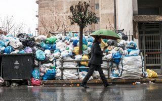 Λόφοι σκουπιδιών στους δρόμους της Τρίπολης. Η αποκομιδή δεν ξεκίνησε όπως αναμενόταν, καθώς, παρότι βρέθηκε ανάδοχος, η σύμβαση δεν εγκρίθηκε από το Ελεγκτικό Συνέδριο.
