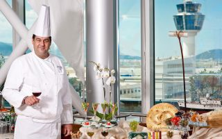 Ο σεφ Θεοφάνης Στάθης είναι περήφανος με τα πιάτα του, που θα σερβιριστούν απόψε το βράδυ στο Karavi.