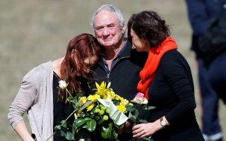 Λίγα λουλούδια εις μνήμην οικείου τους που χάθηκε στο αεροπορικό δυστύχημα αποθέτουν συγγενείς, ενώ τα ερωτήματα μένουν αναπάντητα.