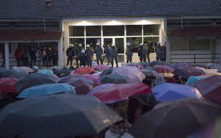 Μαθητές διαμαρτύρονται έξω από την Σχολή που φοιτούσε ο Βαγγέλης Γιακουμάκης