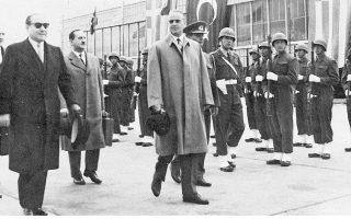 Κων. Καραμανλής και Αντνάν Μεντερές κατά την άφιξη του Ελληνα πρωθυπουργού στο αεροδρόμιο της Αγκυρας. Στις συνομιλίες διαπιστώθηκε το εκατέρωθεν ενδιαφέρον για την αναβίωση της διμερούς συνεργασίας.